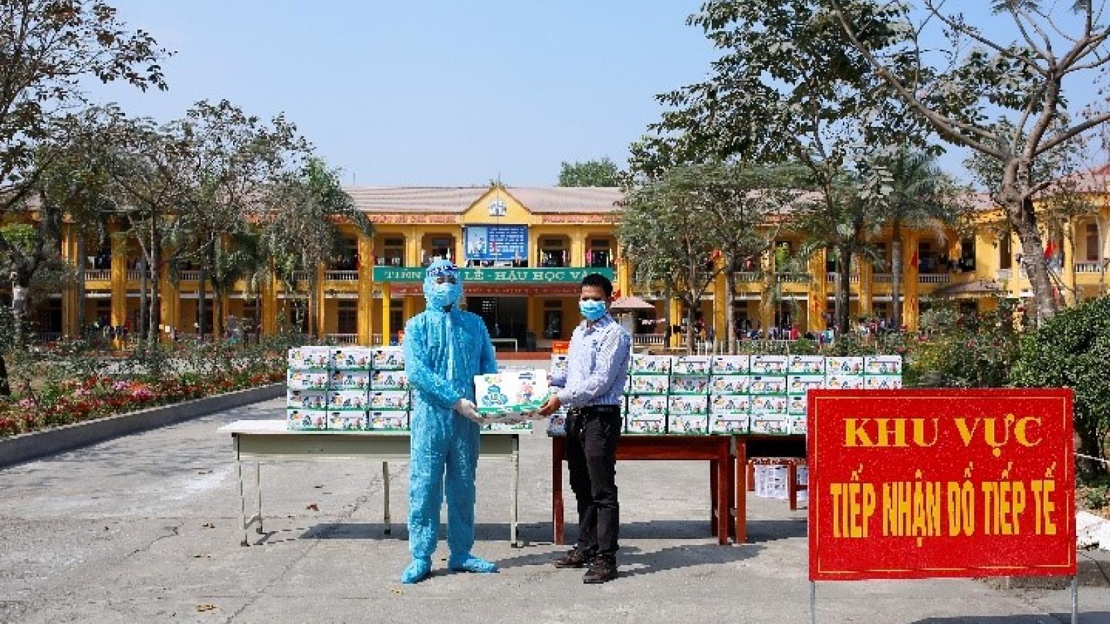 """Vinamilk tặng sữa, quà tết cho hơn 800 trẻ em tại nhiều """"điểm nóng"""" cách ly"""