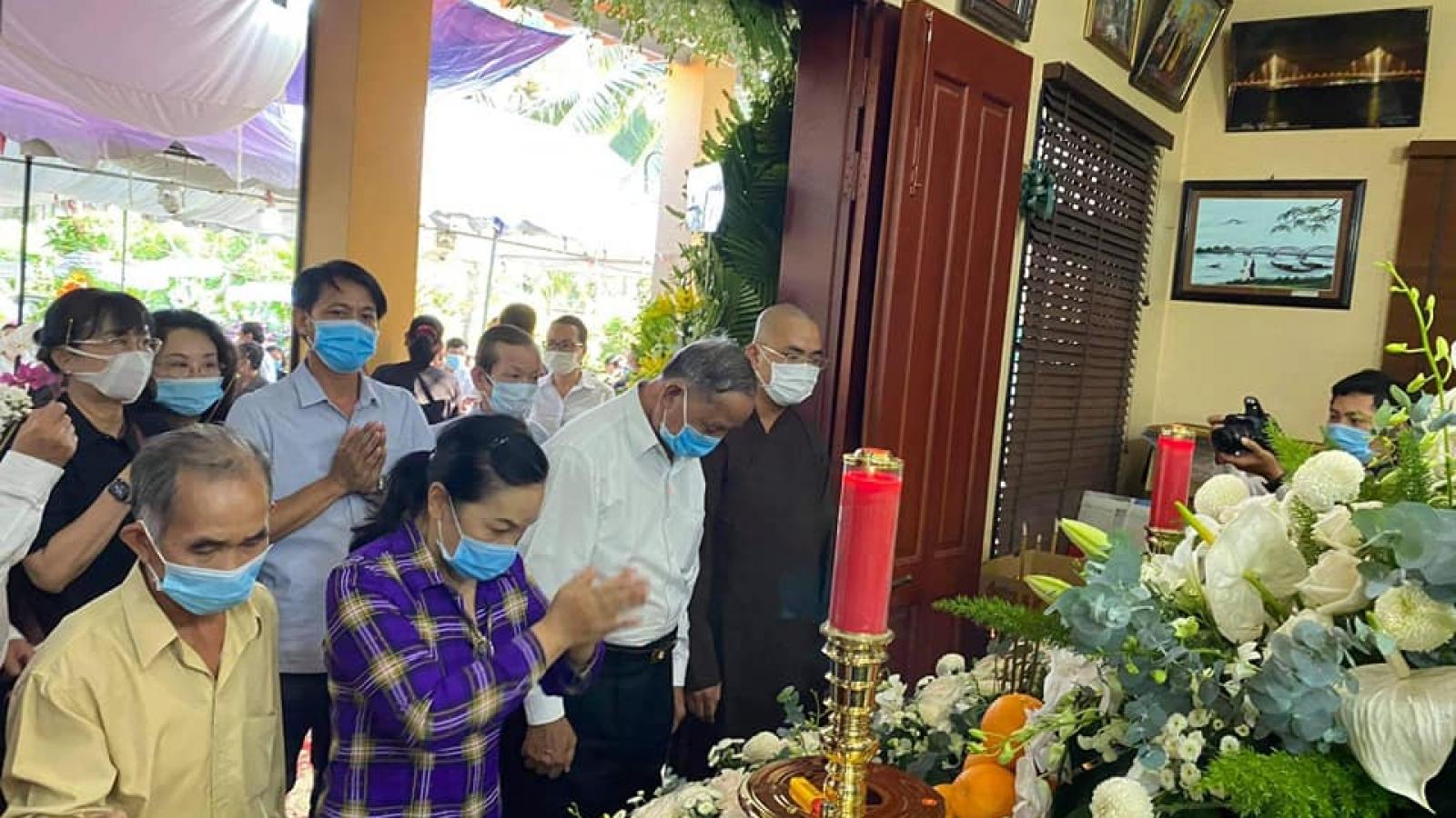 Người dân đến thắp hương tưởng nhớ nguyên Phó Thủ tướng Trương Vĩnh Trọng tại nhà riêng