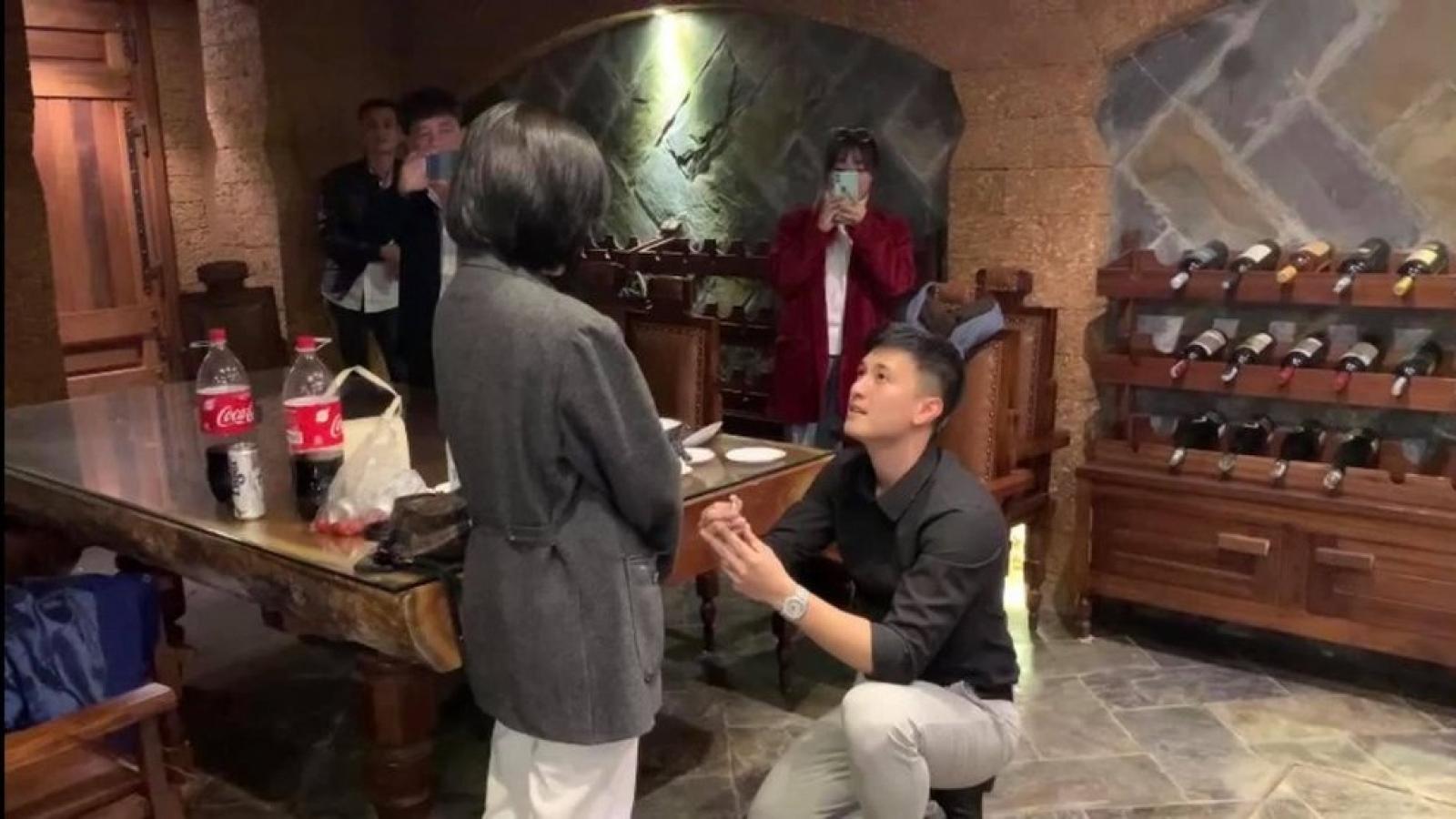 Chuyện showbiz: Diễn viên Huỳnh Anh quỳ gối cầu hôn bạn gái hơn 6 tuổi
