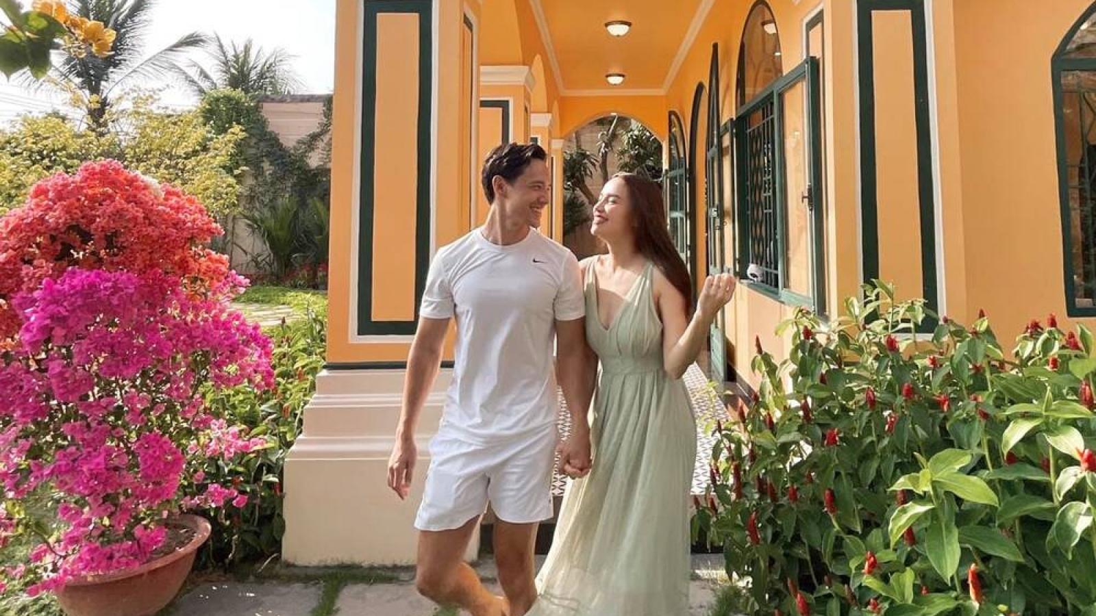 Chuyện showbiz: Hồ Ngọc Hà tình tứ nắm tay Kim Lý đi du xuân đầu năm
