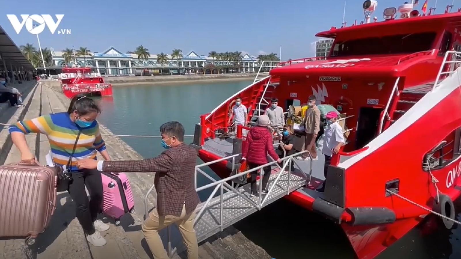 """""""Chuyến tàu mùa xuân"""" đưa người dân Cô Tô về đảo đón Tết"""