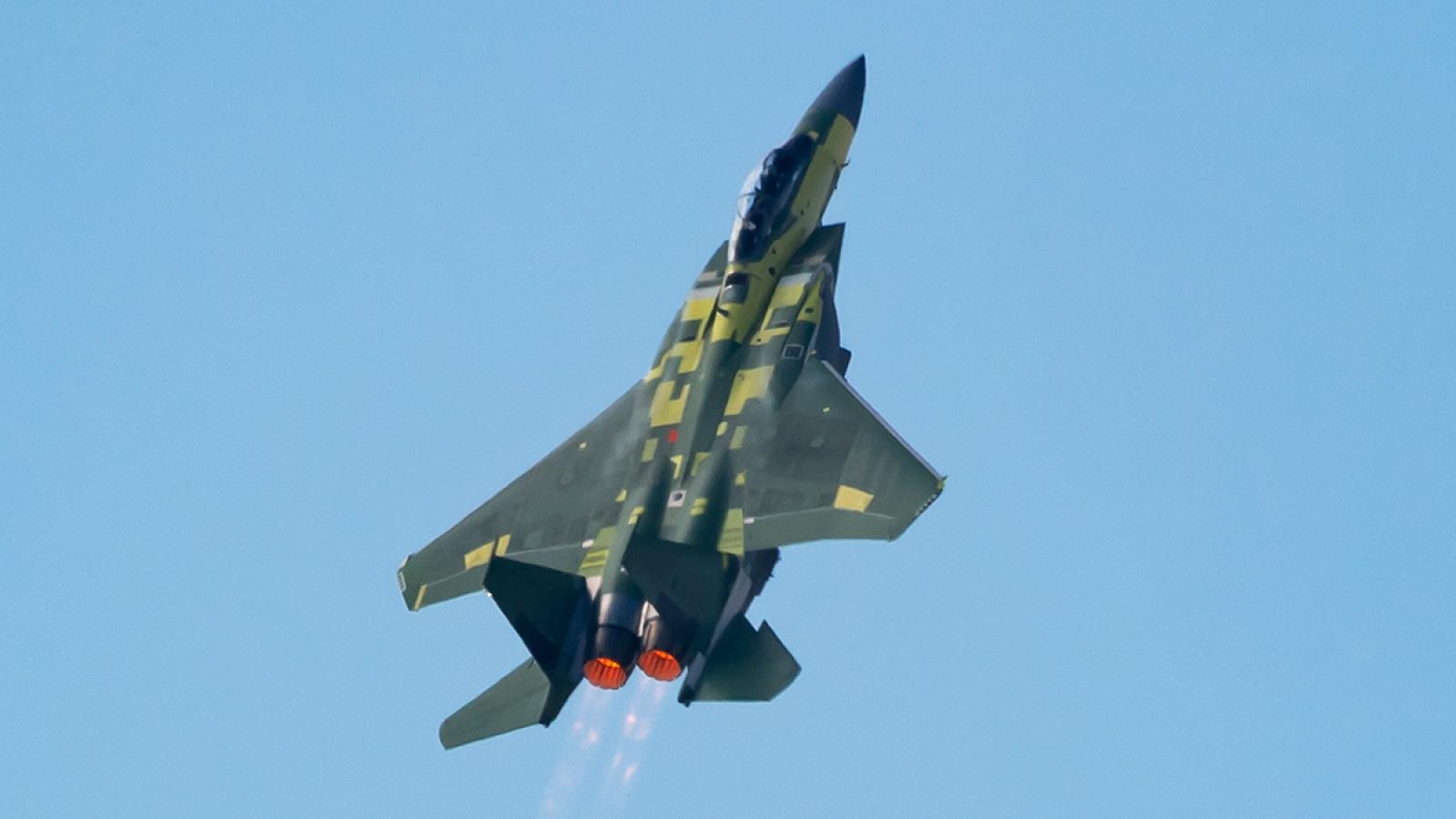 """""""Đại bàng thép"""" F-15EX """"leo dốc"""" thẳng đứng trong lần đầu cất cánh"""