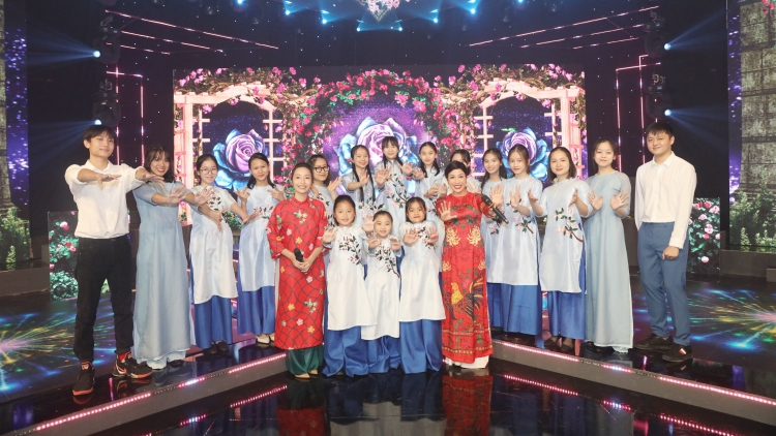 """Hồ Ngọc Hà, Mỹ Linh, Châu Bùi truyền """"cảm hứng bất tận"""" chào năm mới"""