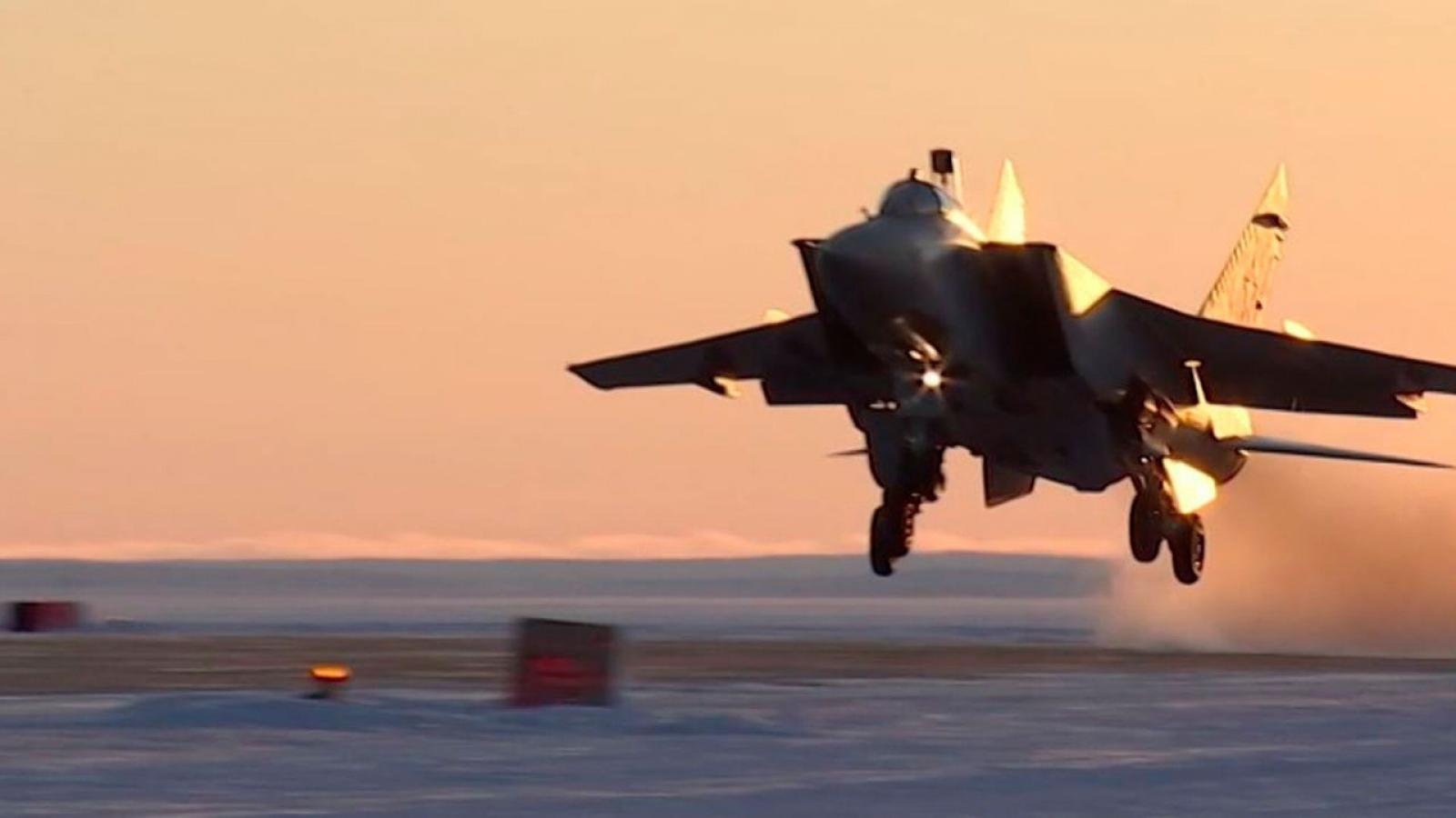"""Xem MiG-31BM của Nga chặn """"kẻ thù"""", bảo vệ lãnh thổ ở Bắc Cực"""