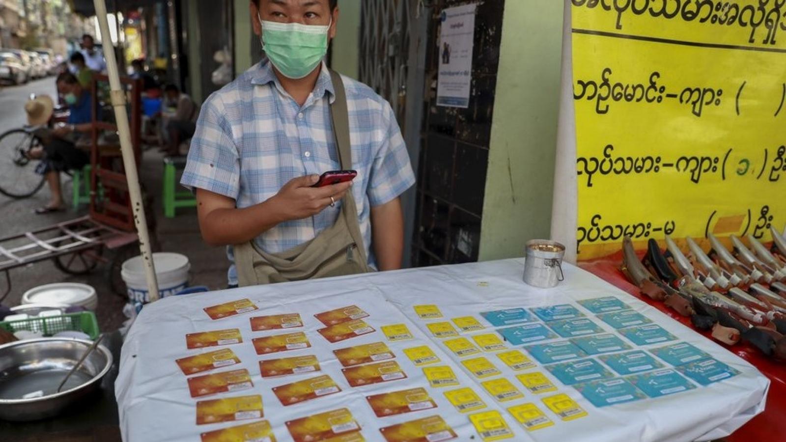 Chính quyền quân sự Myanmar chặn Facebook, dân chúng rầm rộ tẩy chay đảo chính