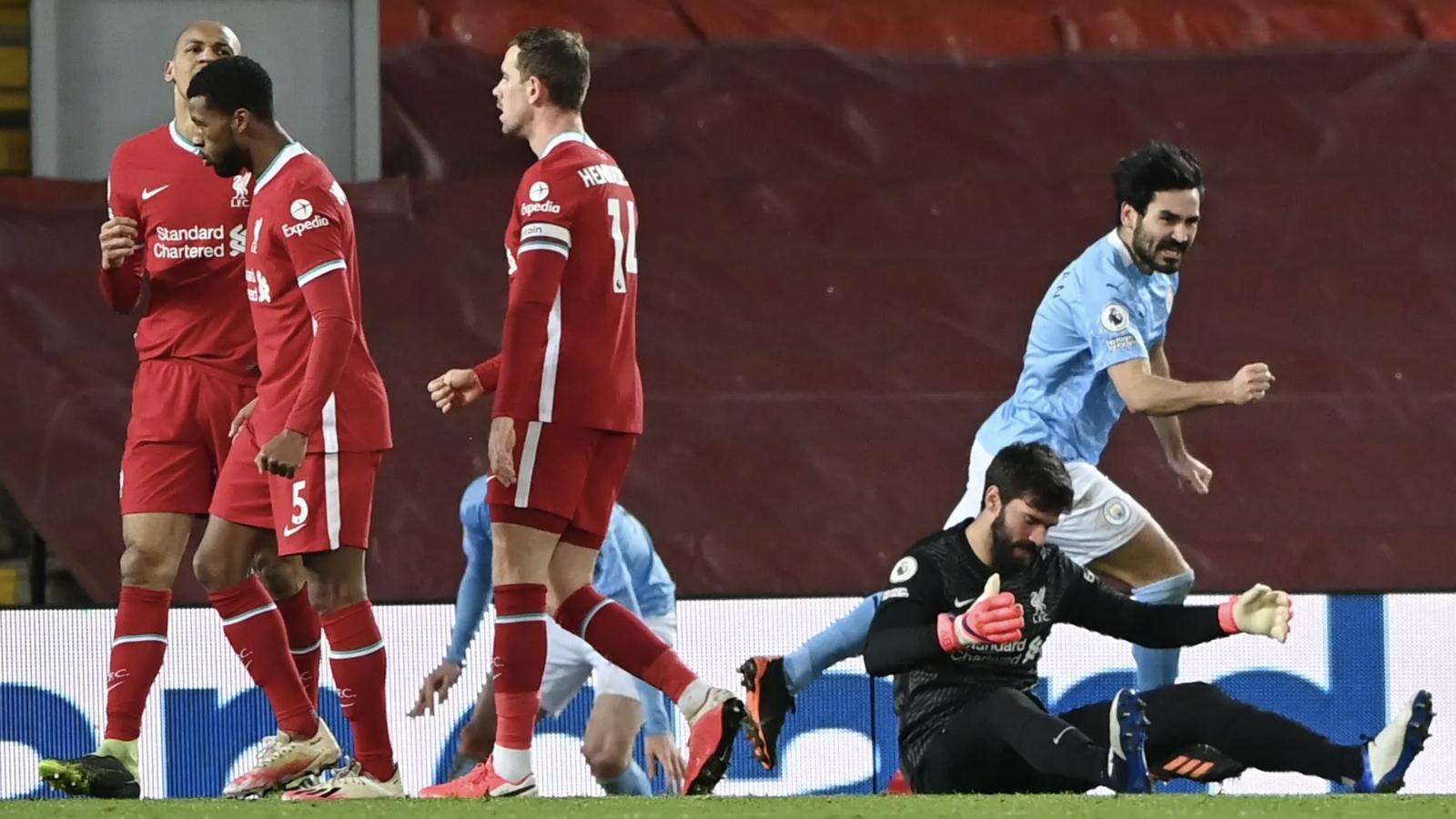 """Thủ môn Alisson hóa """"gã hề"""", Liverpool thảm bại 1-4 trước Man City ngay tại Anfield"""