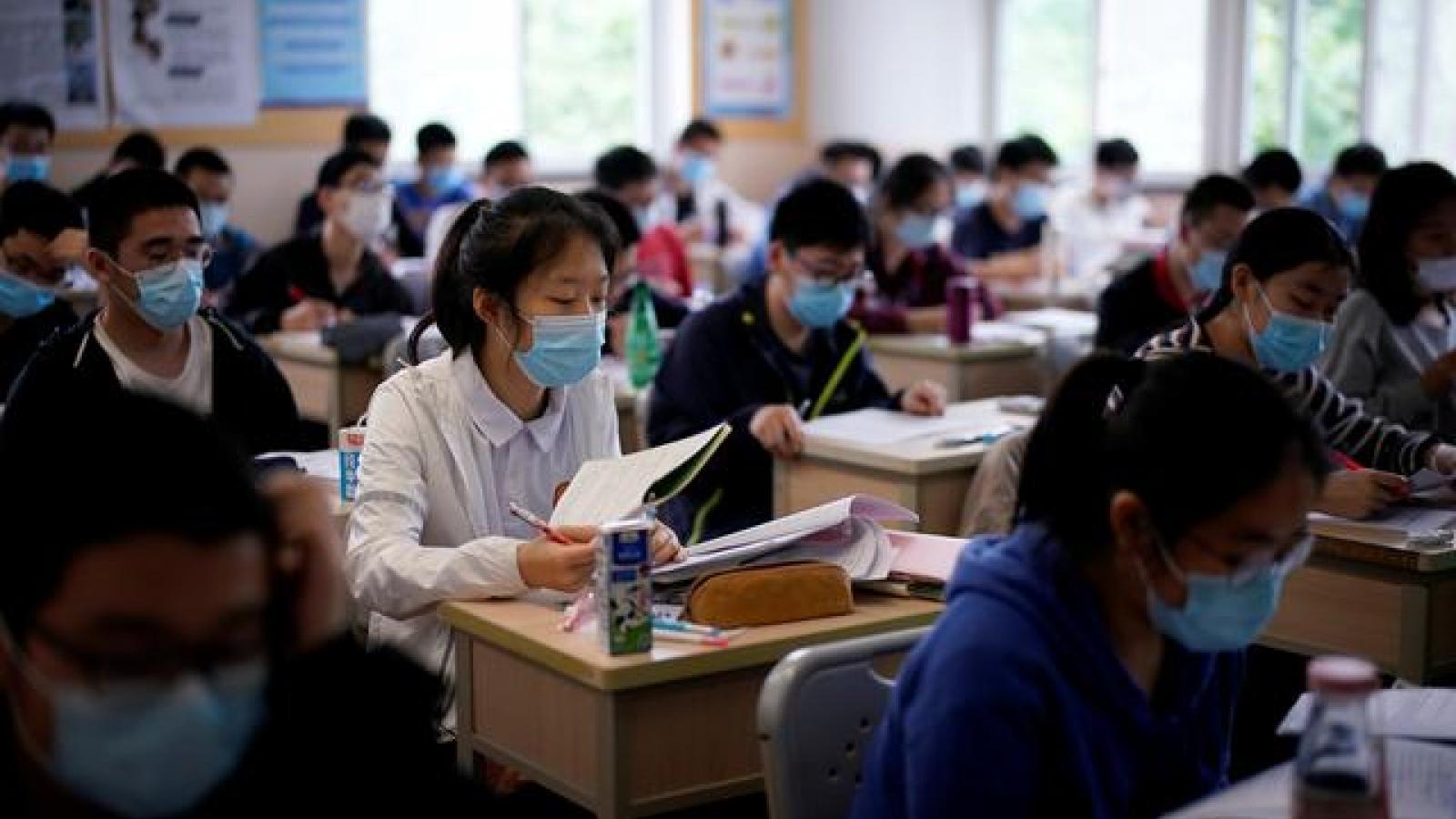 Trung Quốc thắt chặt quản lý việc học sinh sử dụng điện thoại tại trường