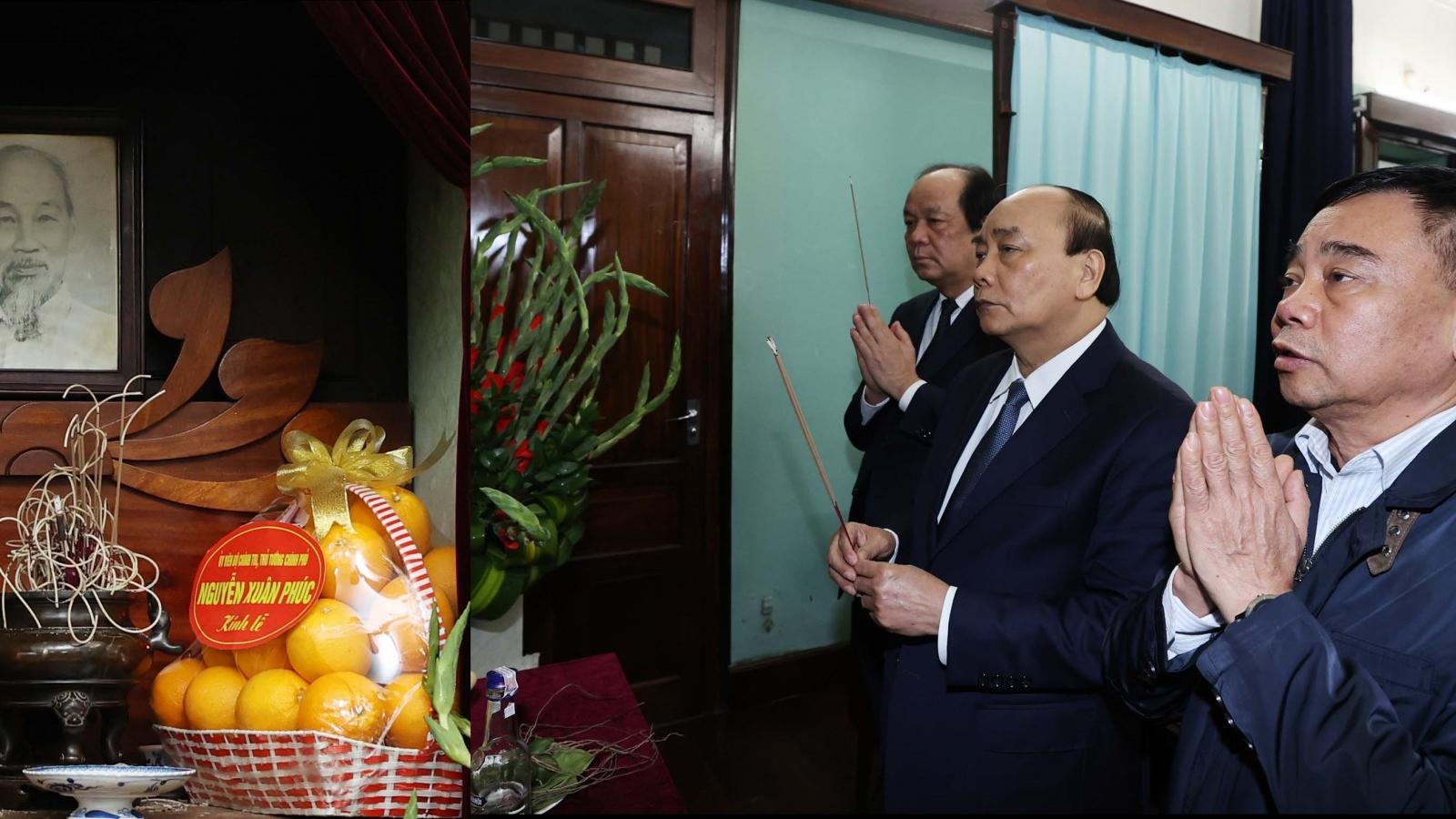 Thủ tướng dâng hương tại nơi Chủ tịch Hồ Chí Minh trút hơi thở cuối cùng