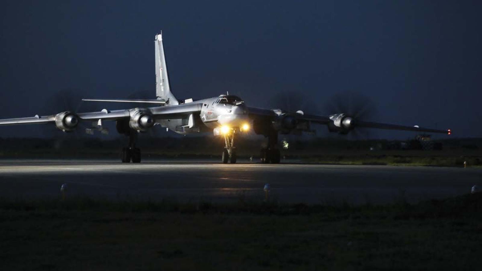 Oanh tạc cơ Tu-95MS Nga xuất kích, thực hiện nhiệm vụ trong đêm