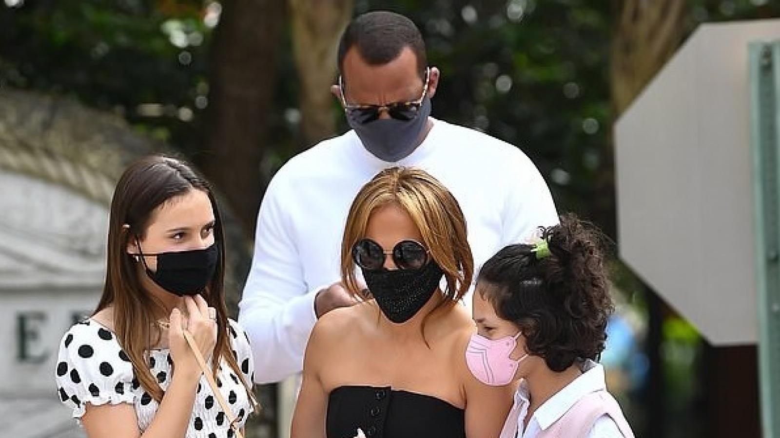 Jennifer Lopez gợi cảm đi ăn trưa cùng bạn trai và các con