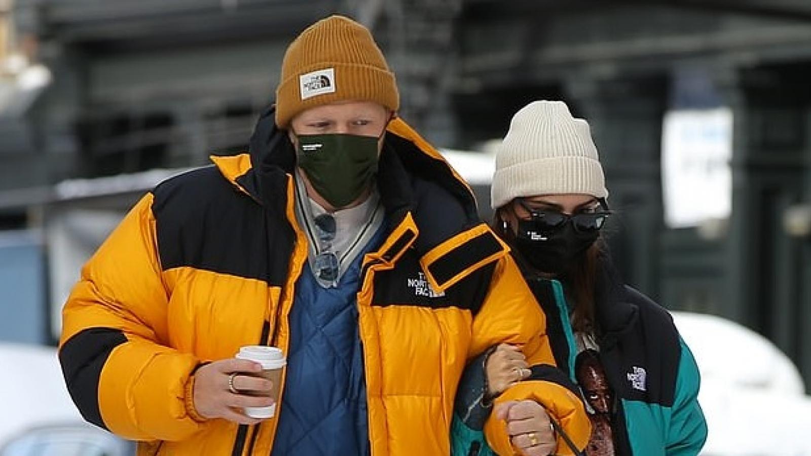Vợ chồng Emily Ratajkowski mặc đồ đồng điệu, khoác tay tình cảm đi dạo phố