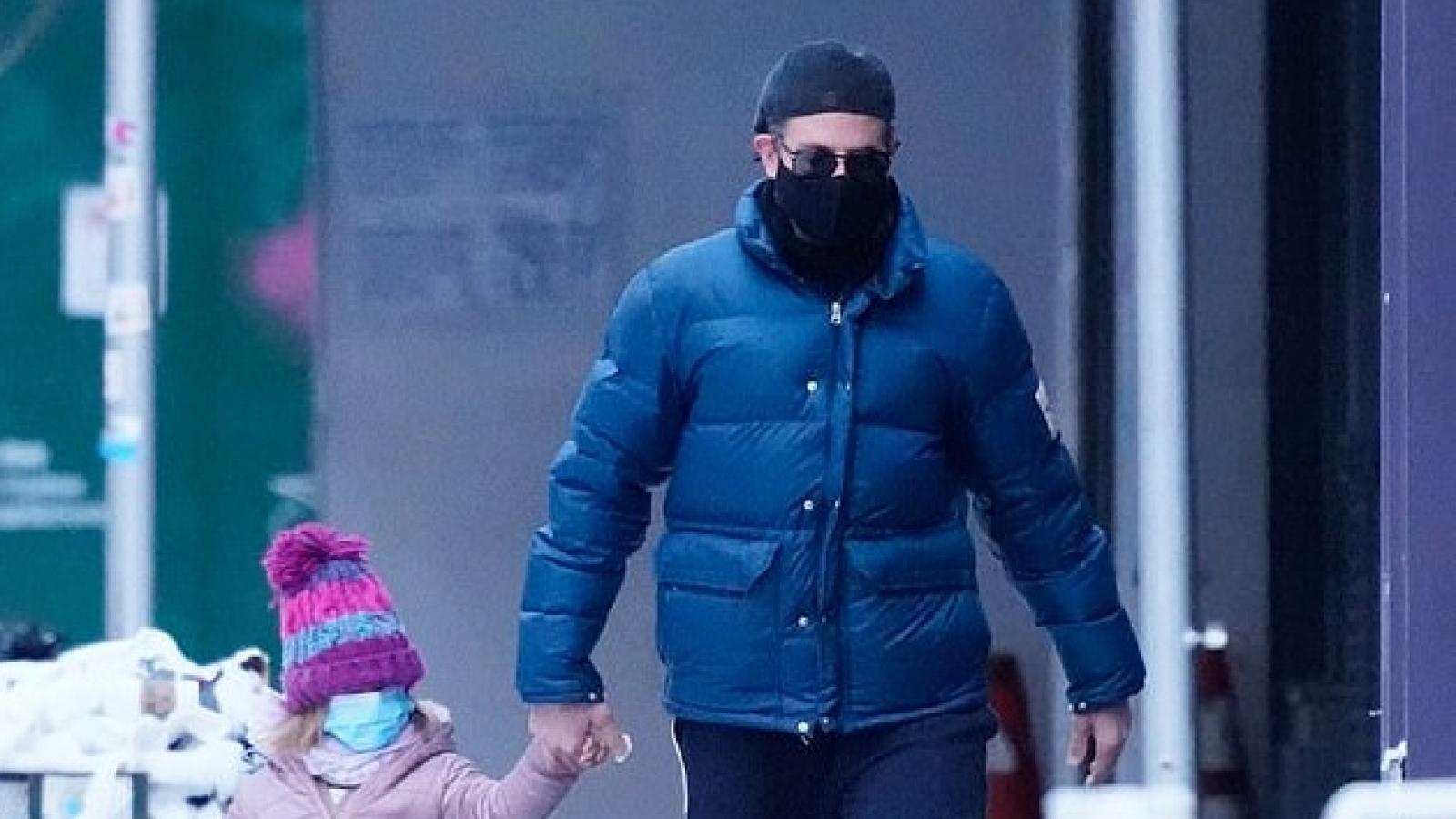 Bradley Cooper đưa con gái đi chơi sau trận bão tuyết ở New York