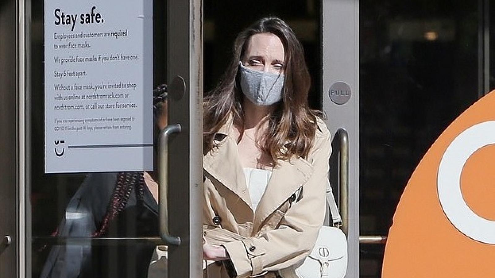 Angelina Jolie mặc đồ thanh lịch đi mua sắm cùng con gái cưng