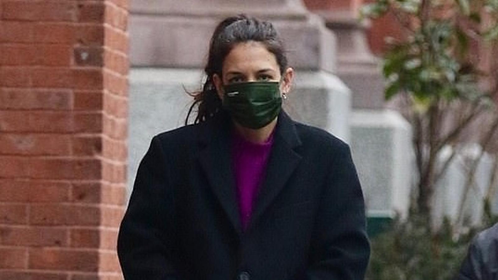 Katie Holmes xuề xòa ra phố sau khi khoe quà Valentine của bạn trai