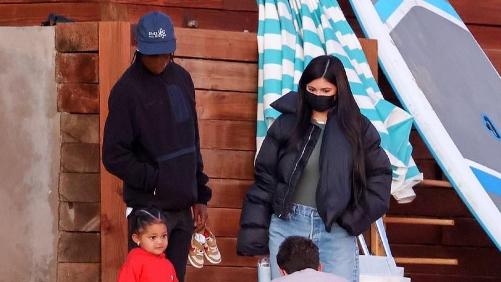 Kylie Jenner và tình cũ Travis Scott vui vẻ đưa con gái đi chơi biển