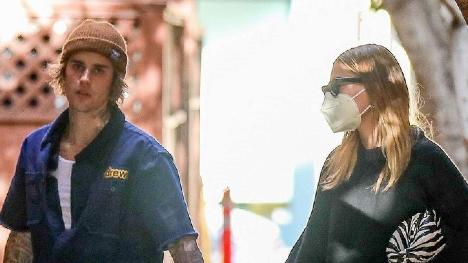 Vợ chồng Justin Bieber nắm tay nhau tình cảm đi ăn trưa