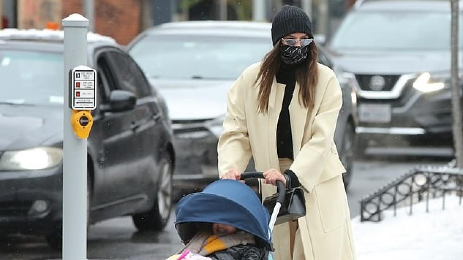 Irina Shayk đưa con gái dạo phố giữa thời tiết lạnh giá