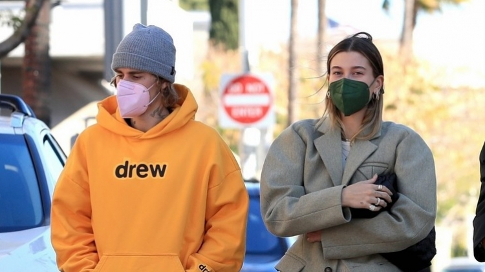 Vợ chồng Justin Bieber vui vẻ đi ăn sáng trong tiết trời tuyệt đẹp