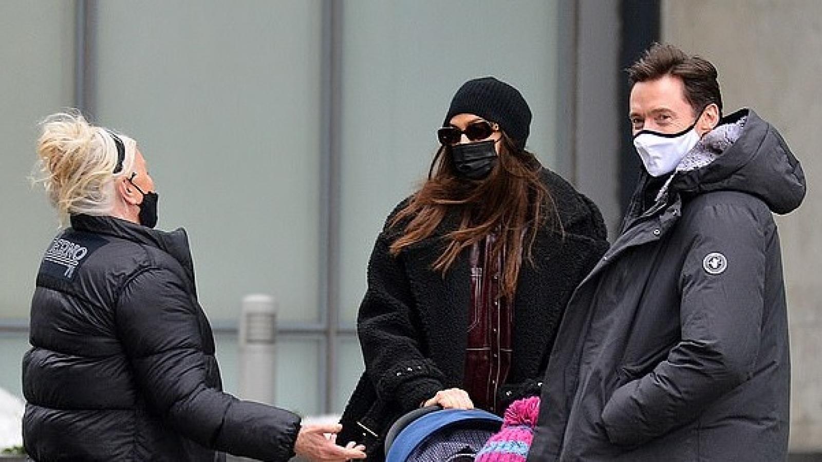 Irina Shayk tình cờ gặp Hugh Jackman khi đi dạo trên phố