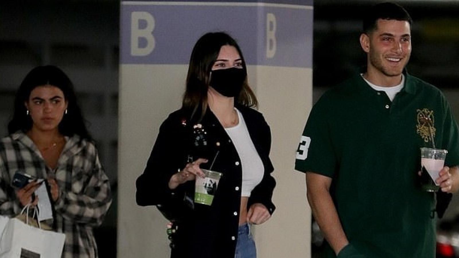 Kendall Jenner sành điệu đi chơi cùng bạn thân khác giới