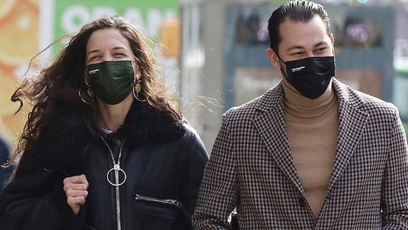 Katie Holmes lộ dấu hiệu tuổi tác khi khoác tay tình trẻ đi dạo phố