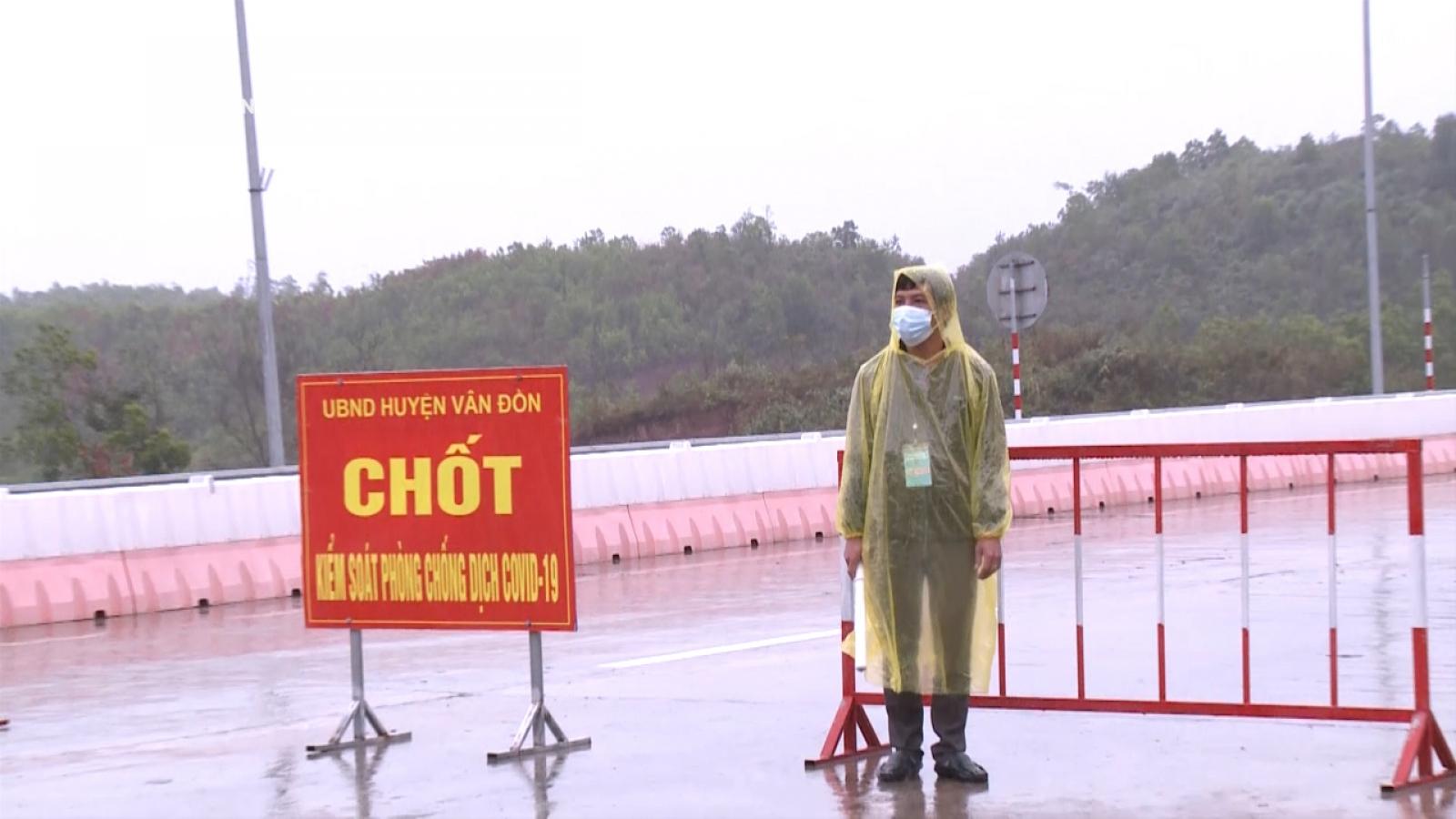Dầm mưa chốt chặn, kiểm soát người đi lại trên cao tốc Hạ Long - Vân Đồn