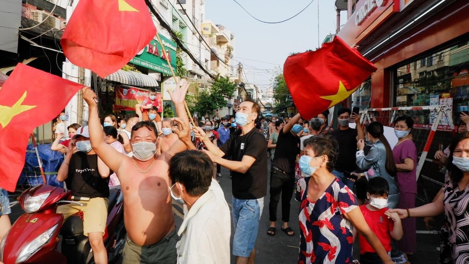 TPHCM: Người dân khu Mả Lạng ăn mừng vì được gỡ bỏ phong tỏa