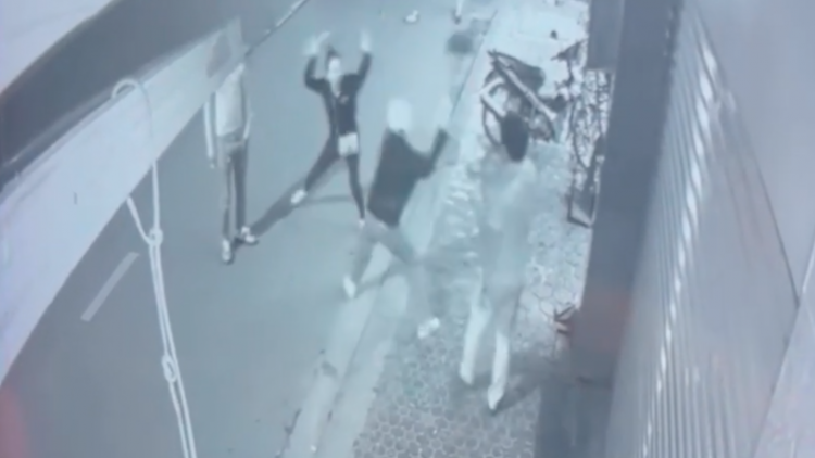 Nam thanh niên cầm xẻng đánh một phụ nữ sau va chạm giao thông