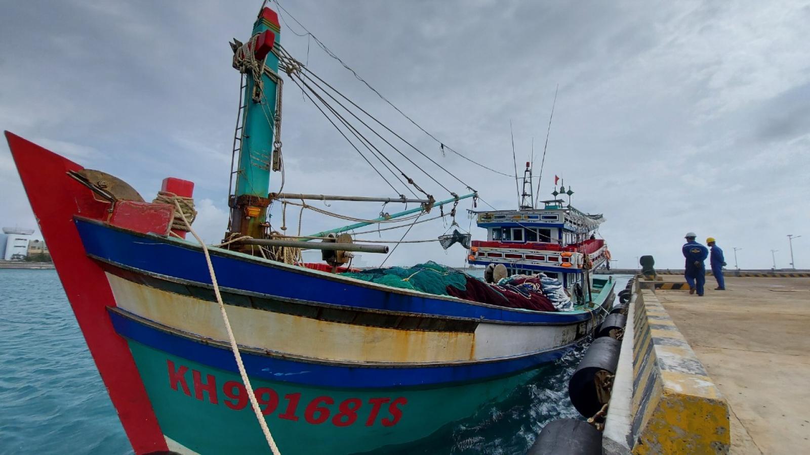Bộ đội Trường Sa giúp ngư dân Khánh Hòa khắc phục sự cố trên biển