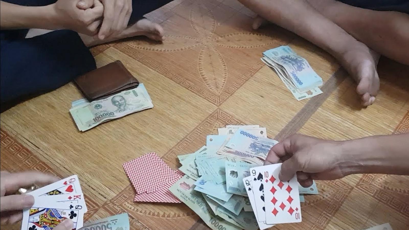 Phó Bí thư Đảng ủy xã và nguyên Chủ tịch xã bị khởi tố vì đánh bạc