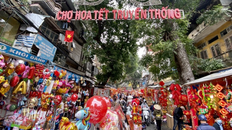 Traditional market on Hang Luoc street bustling ahead of Tet