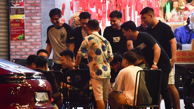 Street bars in HCM City remain crowded despite temporary closure order