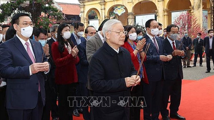 General Secretary offers incense to late Kings at Thang Long citadel