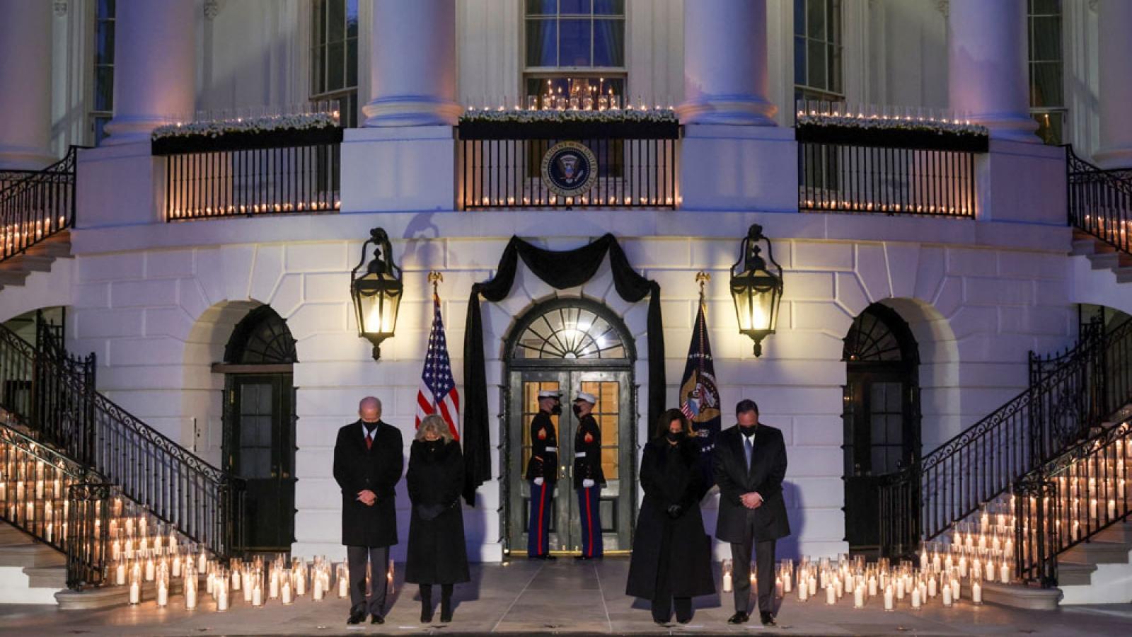 Tổng thống Mỹ Biden và phu nhân tưởng niệm hơn nửa triệu người tử vong vì Covid-19