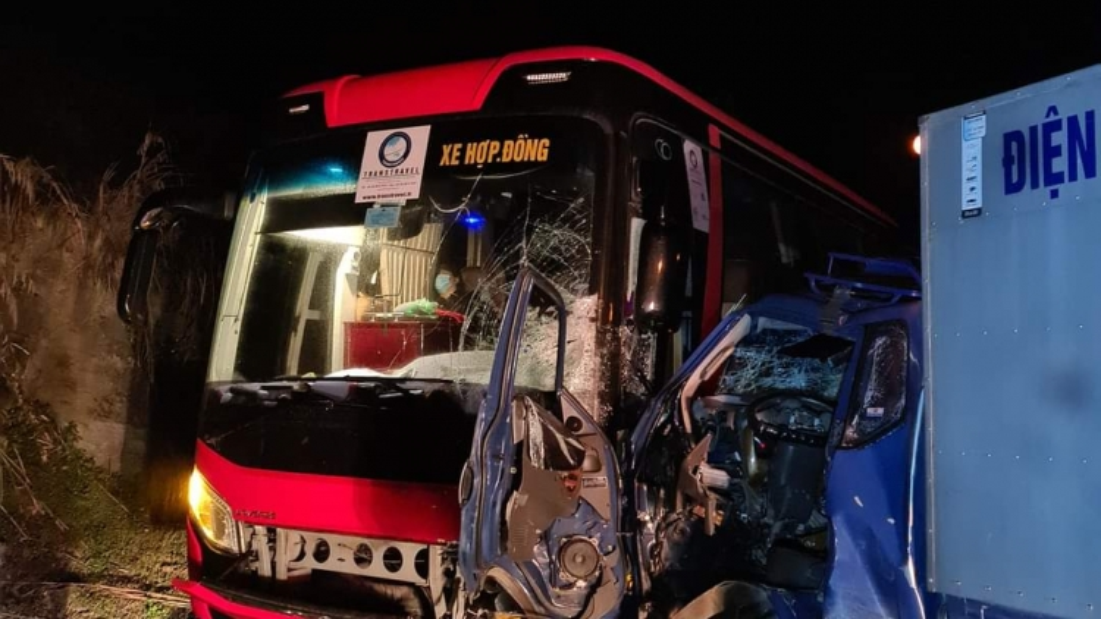Xe tải va chạm xe khách, 3 người thương vong