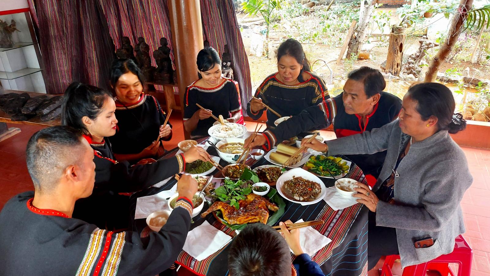 Bữa cơm sum họp đầu năm - Kết nối các thế hệ người Êđê