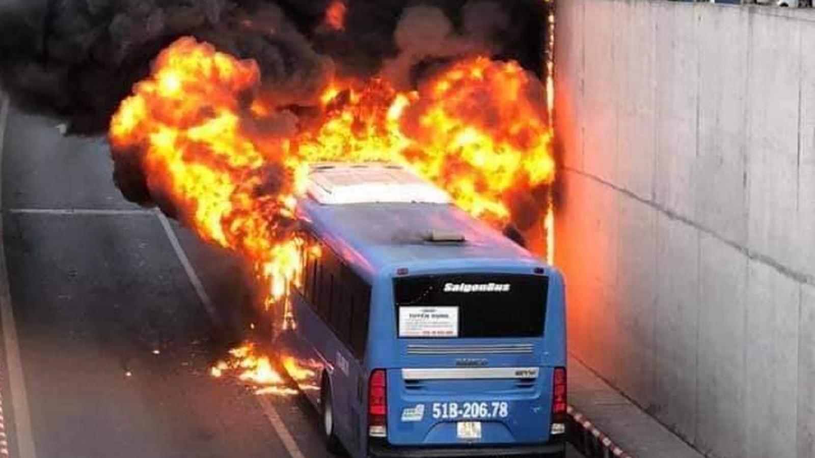 Đang lưu thông, một xe buýt bất ngờ bốc cháy trước cửa hầm chui An Sương