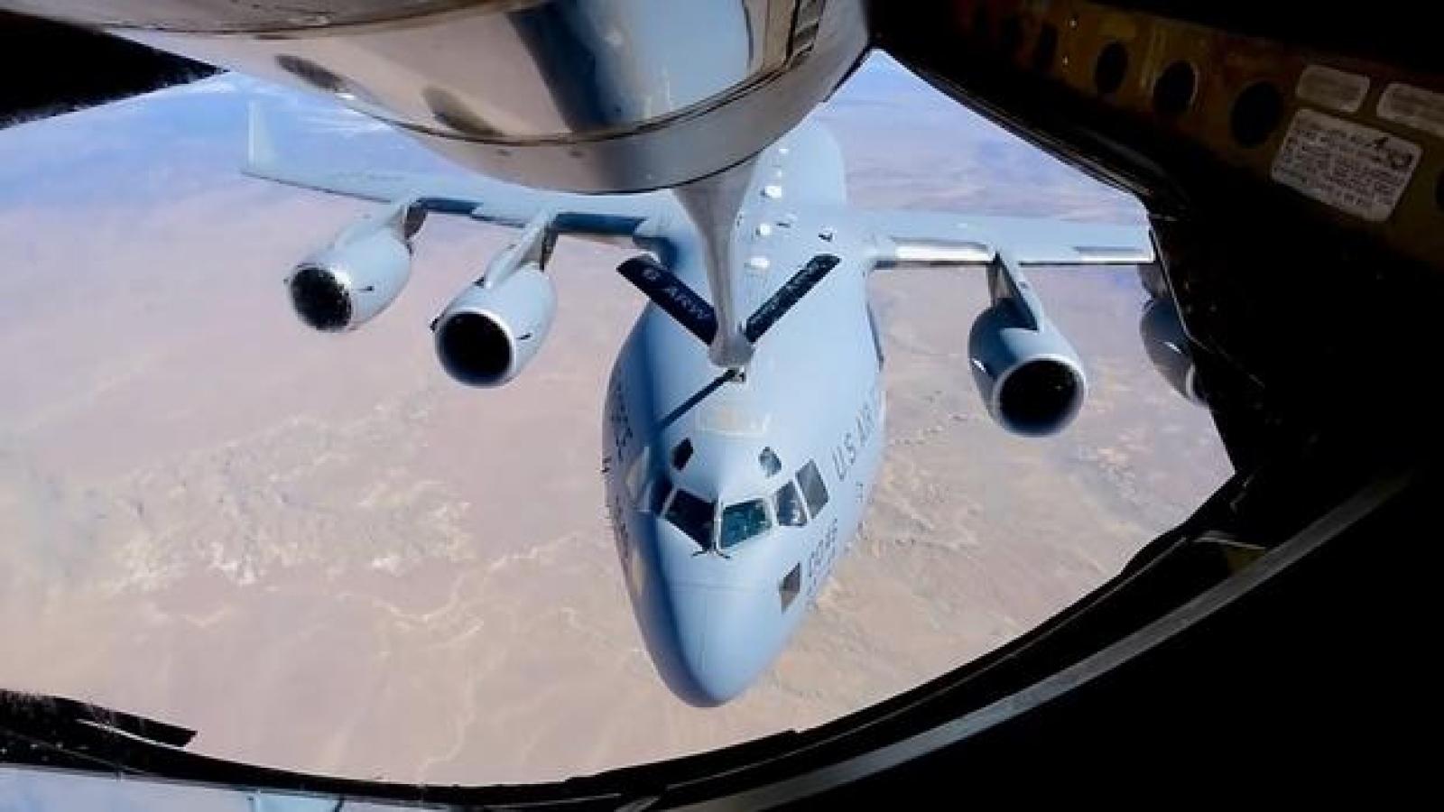 Vận tải cơ C-17 Globlemaster được tiếp nhiên liệu trên đường tới Thái Bình Dương