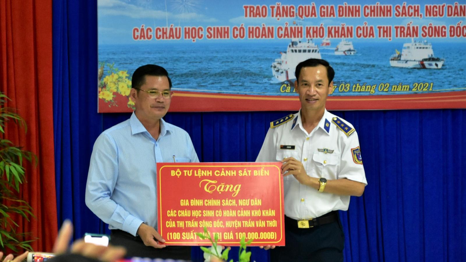 Cảnh sát biển tặng quà Tết cho ngư dân và học sinh nghèo