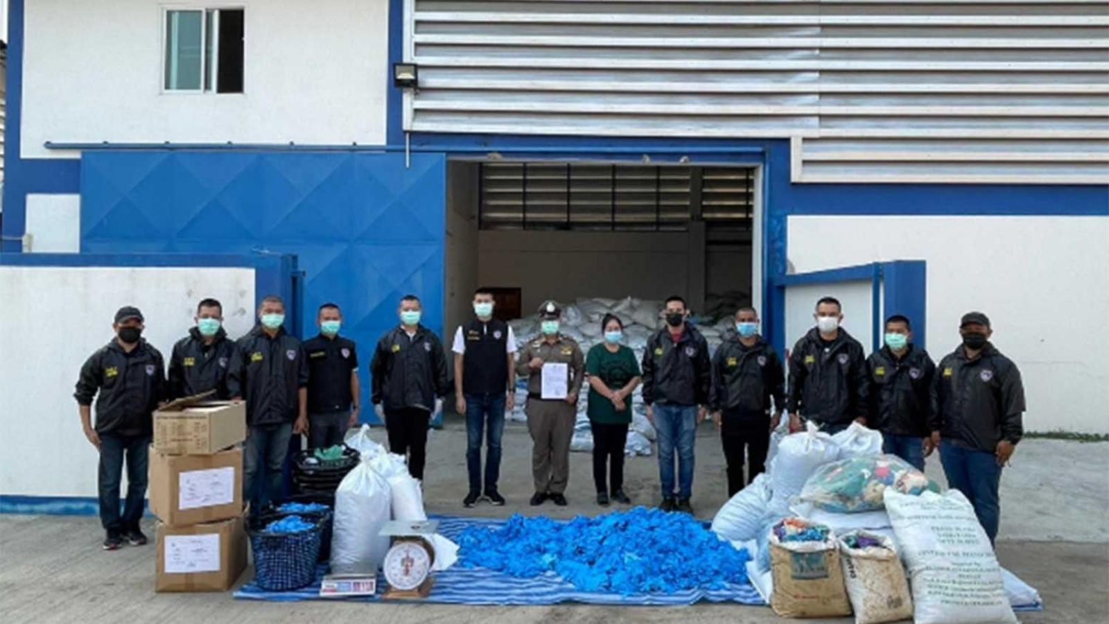 Thái Lan thu giữ 37 tấn găng tay đã qua sử dụng chuẩn bị được đưa ra thị trường
