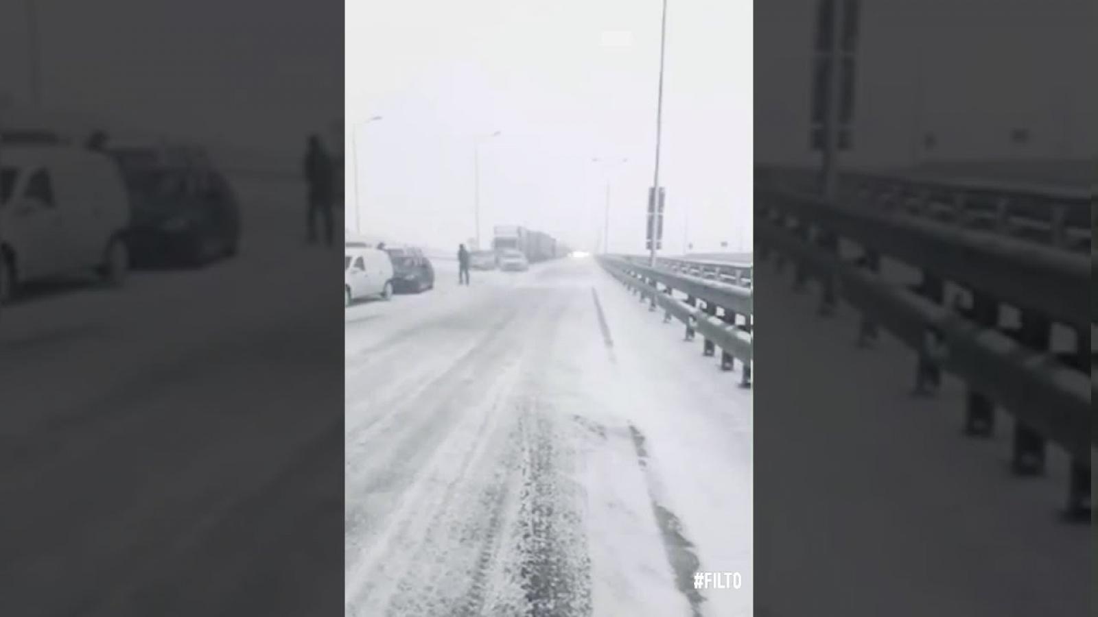 Cây cầu dài nhất châu Âu lần đầu tiên phải đóng cửa vì bão tuyết, hàng trăm xe kẹt cứng
