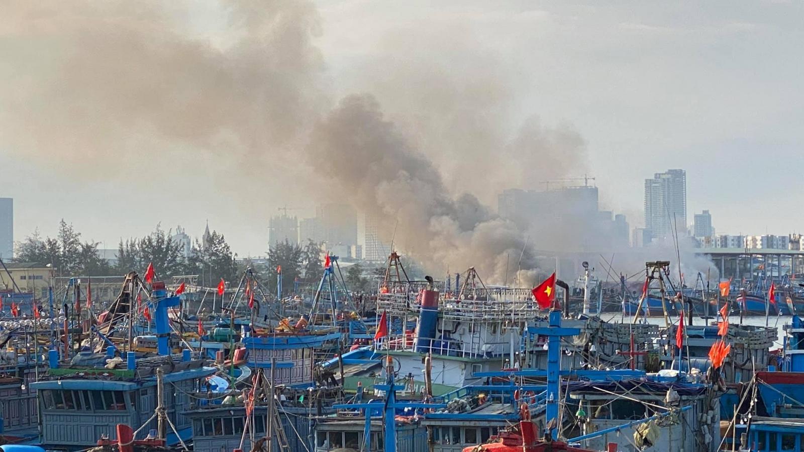 Nóng: Cháy ở âu thuyền Thọ Quang thiêu rụi 3 tàu cá của ngư dân Bình Định