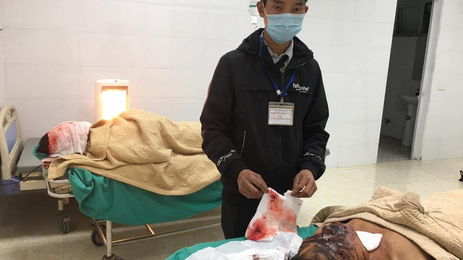 Hai người tại Điện Biên nhập viện do cưa cục sắt nghi là bom
