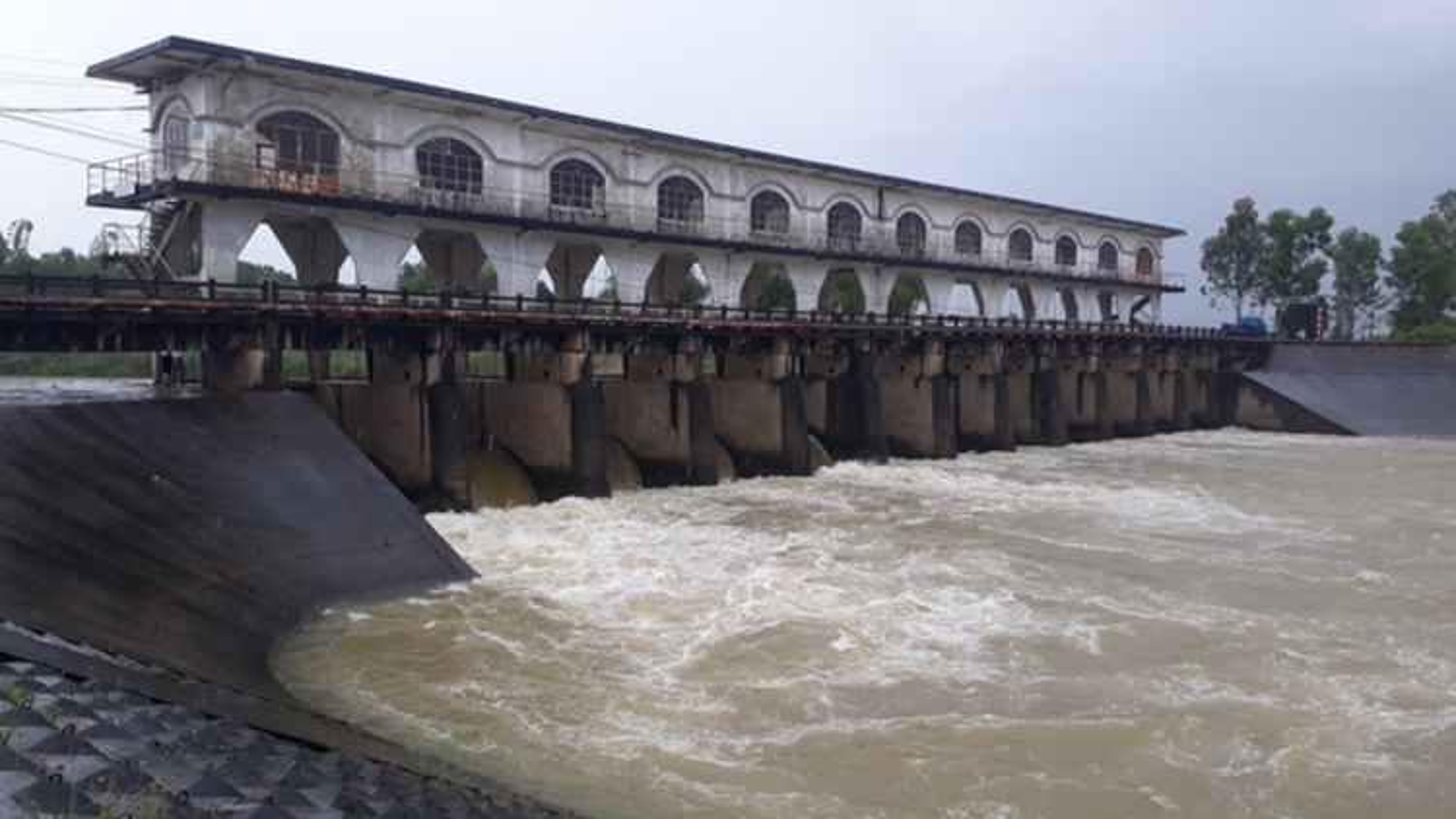 Nước sông cầu Đỏ (Đà Nẵng) nhiễm mặn