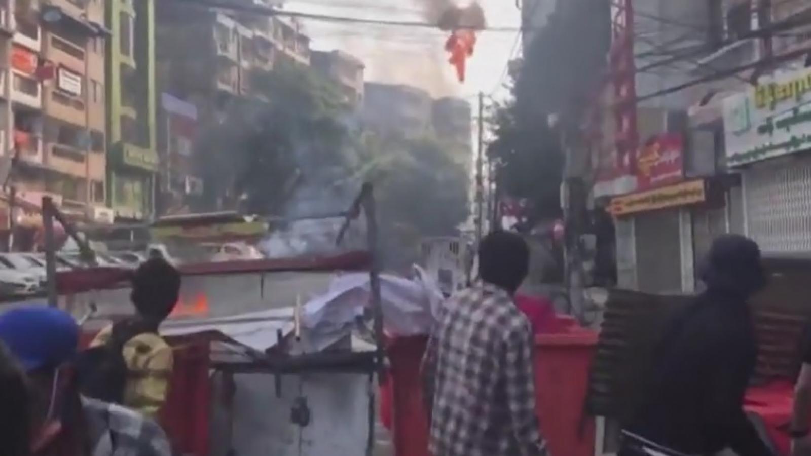 Người biểu tình dựng chiến lũy đối đầu nảy lửa với cảnh sát chính quyền quân sự Myanmar