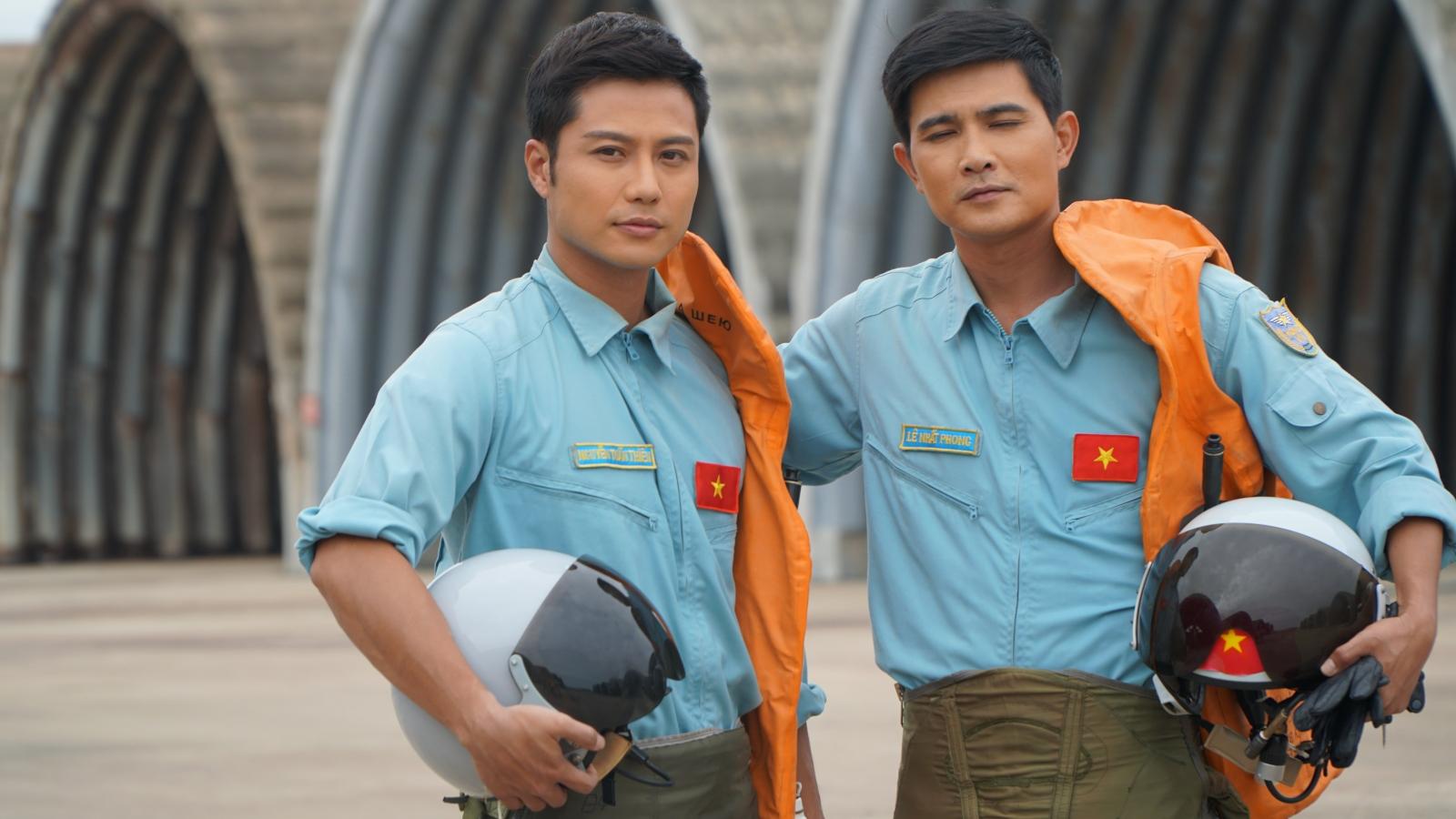"""Thanh Sơn, Bình An hóa phi công điển trai trong phim chiếu Tết """"Yêu hơn cả bầu trời"""""""