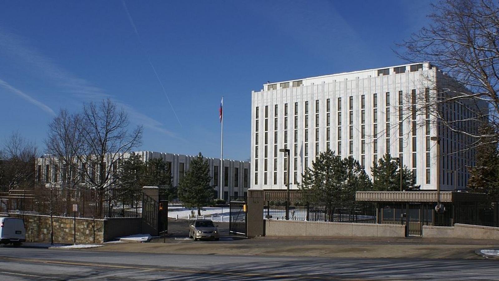 Đại sứ quán Nga tại Mỹ treo cờ rủ, tưởng niệm nửa triệu người Mỹ tử vong vì Covid-19