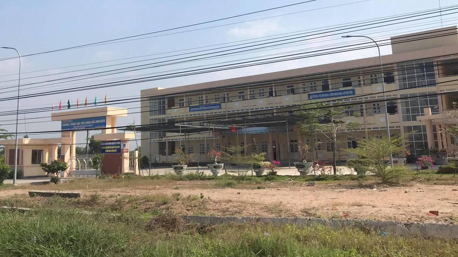 Học sinh ở Đồng Tháp bị nhóm người lạ xông vào trường đánh phải nhập viện