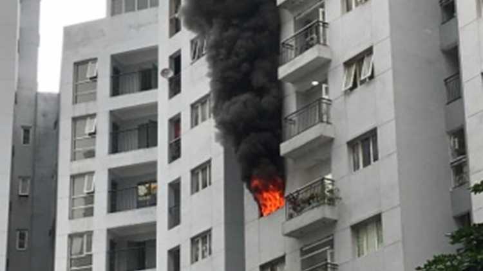 Cháy chung cưMipec Long Biên khiến người dân hoảng loạn tháo chạy