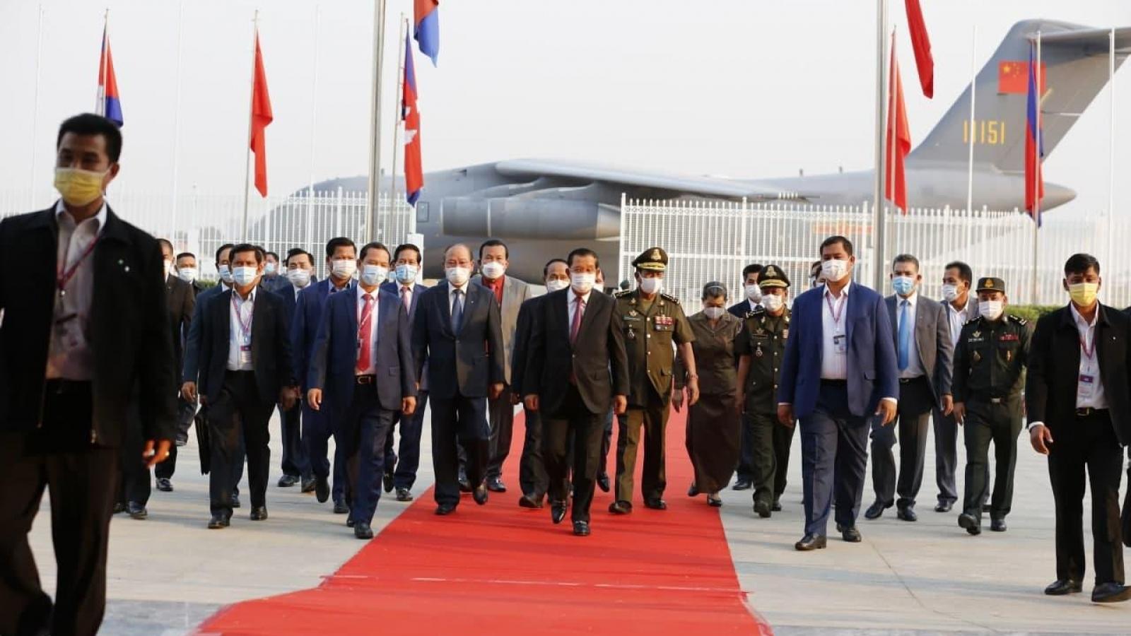 Thủ tướng Campuchia ra sân bay nhận lô vaccine Covid-19 đầu tiên do Trung Quốc viện trợ